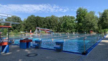 Schwimmbecken und Rutschen